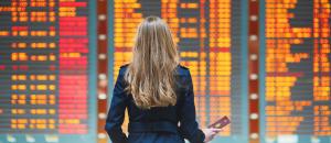 Frau am Flughafen-Terminal